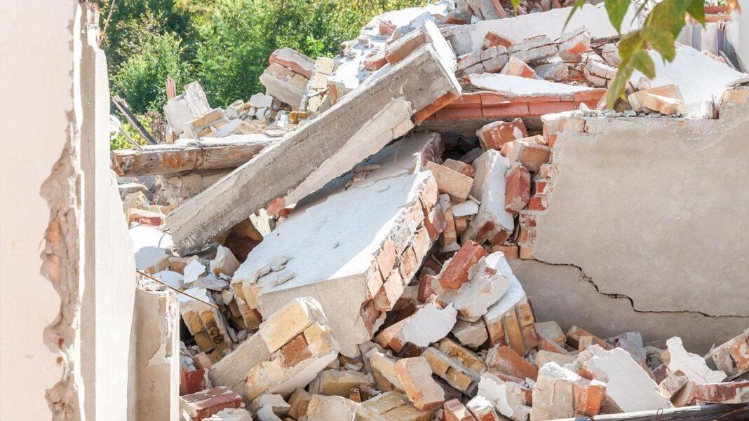 Four-storey building collapses in Andheri, fireman among 6 injured