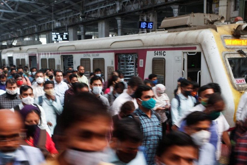Why the Disparity, Ask Mumbai Local Train Commuters on Single-Dose Rule for Essential Workers Amid 'Threat'